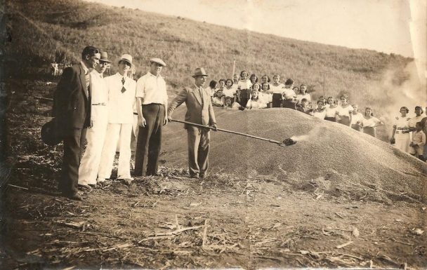 Old-photo-of-coffee-being-burned-at-the-coffee-farm-in-1938-Getúlio-Teixeira-de-Aguiar-collection